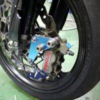 うしろに傾いているYZ450F・サーキット仕立て・前ブレーキ強化編。