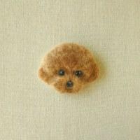 ブローチ風羊毛フェルト絵のプードル