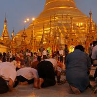 ミヤンマー最大の聖地 シュエダゴン・パヤーの夕暮れ時 2