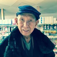 93才の介護ダイアリー、今日の昼食介護、右奥のブリッジが噛んだお肉と一緒に外れる、傷もなく幸運、