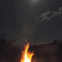 焚き火と月
