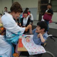 夏祭りで紀の川さんと握手