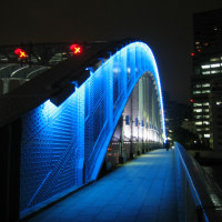 青く光る橋