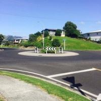 NZプチ情報:ラウンドアバウト交差点(ロータリー交差点) 車が来なくても止まらなくてもいい。エコな交差点、