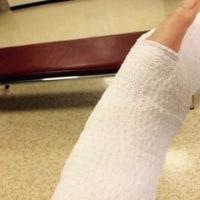 左手怪我しました
