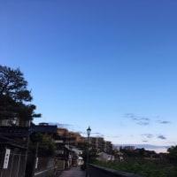 雲が広がる東の空と青空の北の空。今日の金沢の天気は微妙です。26日午前5時。