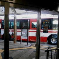 下りエレベーターを降りると京阪淀駅行きのバス(高速長岡京バス停から高速バスに ...(高速長岡京バス停から阪急電車に乗る)