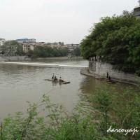 桃花江で筏に乗る