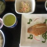 5月19日の日替り定食(550)は、赤魚のソテー、ニラのソース添え です。