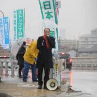 雨の中有明大橋で朝宣伝、市民を監視する共謀罪提出中止を訴えました