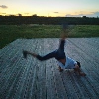 夕焼けのブレイクダンサー。