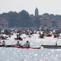 「ヴォガロンガ」上 手漕ぎボートレースで、ヴェネツィアの運河が舟で埋まった