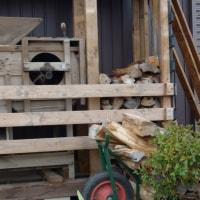 トウミの薪棚へ