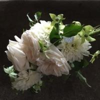 涼しげに白い花とグリーンのブーケ。