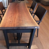 人を引き付けてしまうウォールナットの一枚板テーブルの魅力の秘密。一枚板と木の家具の専門店エムズファニチャーです。