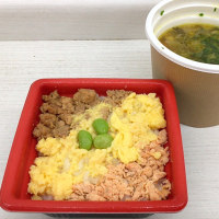 三色そぼろごはんと生姜香る鶏肉と野菜の和風スープを頂きました。 at セブンイレブン 横浜クロスゲート店