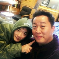 """チョン・ジュナ、クォン・サンウと親しい写真""""後退りするな。 顔大きいように見られるじゃない"""""""