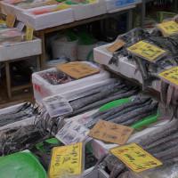 2017.01.07 横浜橋商店街: 「黒色系」魚をずらりと並べた魚屋