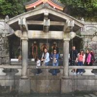 清水寺の音羽の滝。みんな並んでいます。不老長寿の滝だそうです。