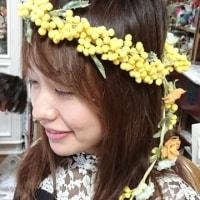 ミモザの花冠を花嫁さんが制作中です。