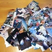 オーストラリアのスタッフがボランティア活動をしている人たちの写真をたくさん持ってきた