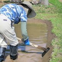 今年も 「畦塗り職人」 がやってきた。