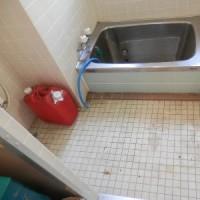 学び舎の大掃除。倉庫代わりのお風呂場を掃除し始めました。