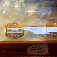 モッツァレラ・ドラータと島いちごのサラダ