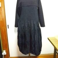 プリーツのワンピースとウールのコート