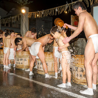 2017志賀海神社 夜の寒みそぎ (凍てつく夜樽の水を浴び子供たちの体が寒さに震える)《福岡市東区志賀島》
