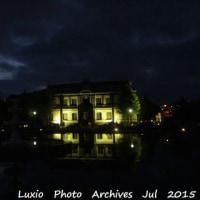 雨上がりの動きを示す、夜の旧日本郵船小樽支店…