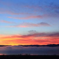 朝霧流れる河北潟の夜明け