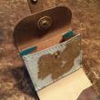 シンプルデザインの折り財布