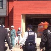 今、大阪府警の警察官が、建設現場に入って行きました。ついに誰か死んだか