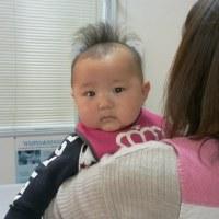 診療中は赤ちゃんを抱っこしています