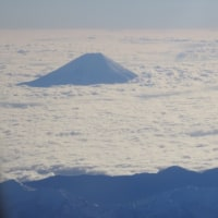 機上からの雲海上の富士山