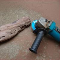 流木を削る