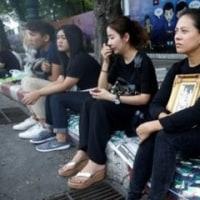 タイでは今、黒系統の服が買えない、って!