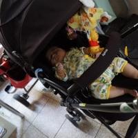 玄関で眠る子