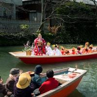 2017 柳川おひな様水上パレード 5(モミジのような手を振って国際親善に励む稚児達)  《福岡県柳川市》