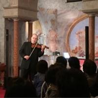 高校のクラス会で訪ねた「箱根ガラスの森美術館」で、プチバイオリンコンサート。