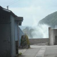 村の路地から波飛沫が見える!