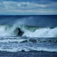 波浪警報が出た日、常願寺川河口に押し寄せる波・・・富山市・常願寺川河口