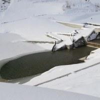 浅川ダム試験湛水101日、ダム湖の氷に小さな穴が・・・