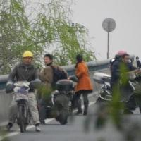 中国激変~高速道から一般道へ入ろうとして・・躊躇するバイク達のなぜ@上海?