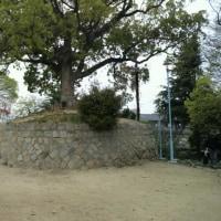 『浪速史跡めぐり』聖天山古墳は阿倍野区の西端、上町台地の南端に位置する小高い丘で、山の北側は公園に