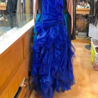 本日のお薦めは舞台に映える綺麗なオーガンジーの青のドレスです(^^♪