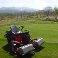 ゴルフ場で芝刈り