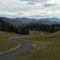 晩秋のゴルフを楽しむ