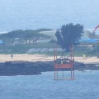 この程度の波風でも護岸作業は中止となるのか。/汚濁防止膜横の白い濁り。